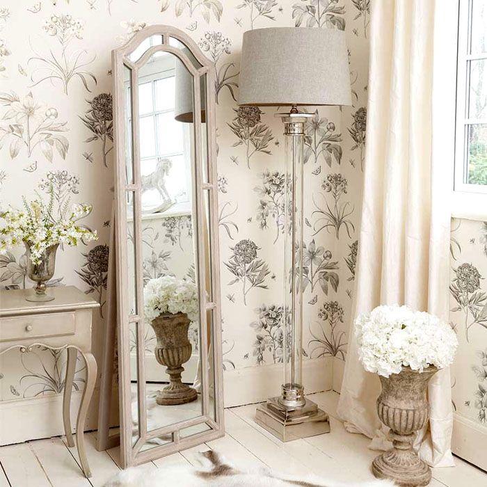 В спальне всегда найдётся место длинному изящному зеркалу и торшеру. Зеркало добавит помещению воздушности, света и лёгкости