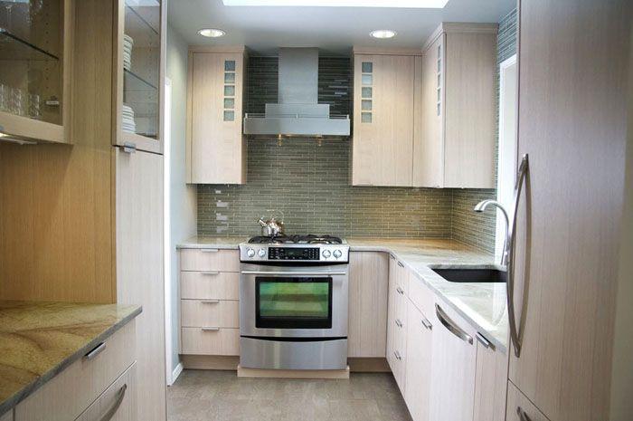 В компактных кухнях корпусную мебель устанавливают на полную высоту стен до потолка. Дополнительный плюс – ликвидация верхних щелей, «накопителей пыли»