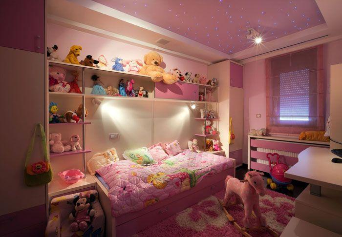 Дошкольницам оформляют комнату в детском стиле: уместны и постеры с любимыми героями, и расставленные на полках игрушки