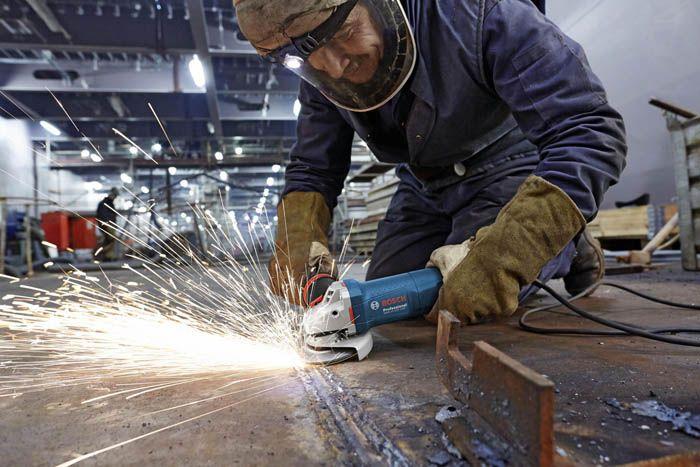 Резать металл удобнее болгаркой, старайтесь работать так, чтобы все углы были ровными