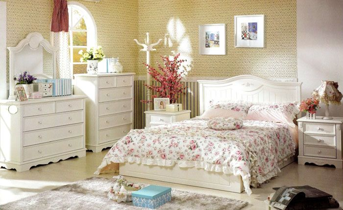 В спальном гарнитуре в стиле прованс деревянные кровати могут быть окрашены в светлые оттенки, но структура дерева при этом хорошо просматривается