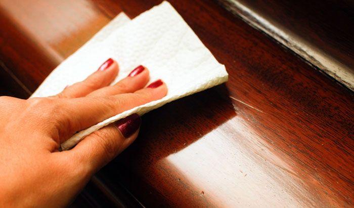 Если на столешнице появились мелкие царапины, отполируйте их мягкой фланелью с пчелиным воском