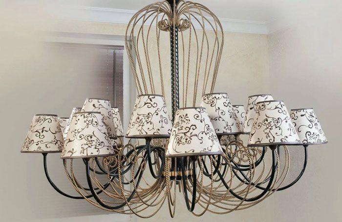 Обилие плафонов создаст рассеянный приятный свет, льющийся в каждый уголок комнаты