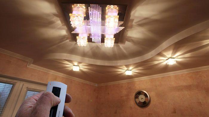 С помощью пульта ДУ освещение регулируют нужным образом, не вставая с уютного дивана