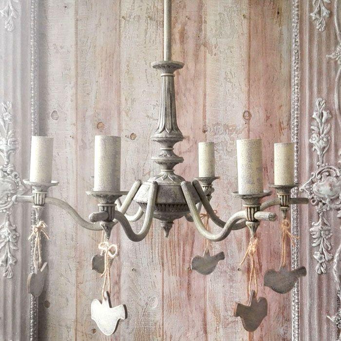 Натуральные свечи не используют в провансе для освещения, а вот их имитацию в виде плафонов — пожалуйста
