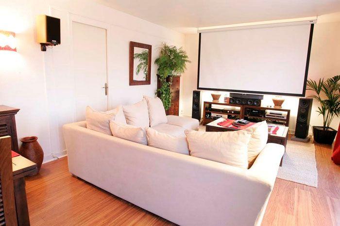 Домашний кинотеатр с опускающимся большим экраном, проектором, многоканальной системой воспроизведения объёмного звука
