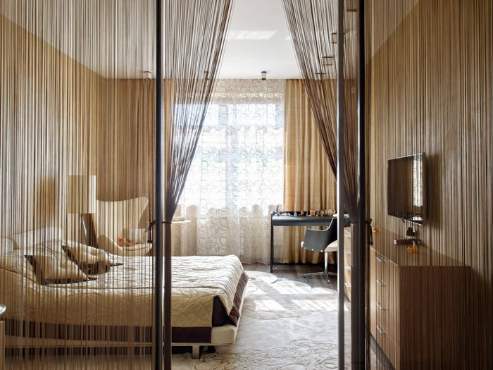 Нитяной тюль редко используют для спален, но при желании его используют для зонирования