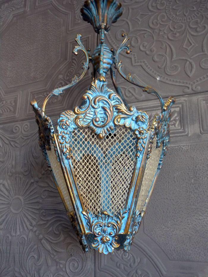 Декоративные фонари, выполненные в винтажном стиле, также чудесно дополняют дизайн