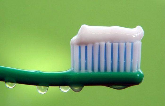 Зубную пасту наносят на поверхность и смывают мягкой щёткой через 15 минут