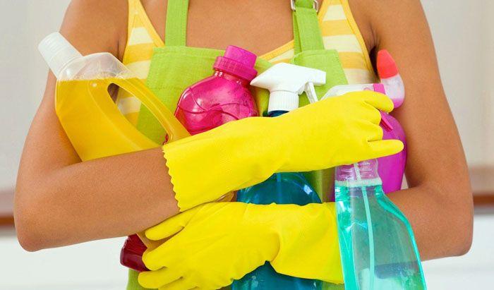 Для уборки можно взять средства для мытья посуды, спреи, мыльный раствор