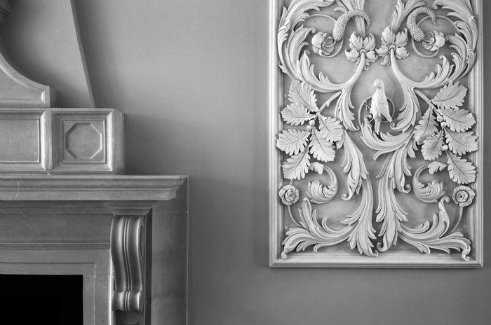 Использовать такие элементы декора нужно строго дозировано и пропорционально габаритам помещений и зданий