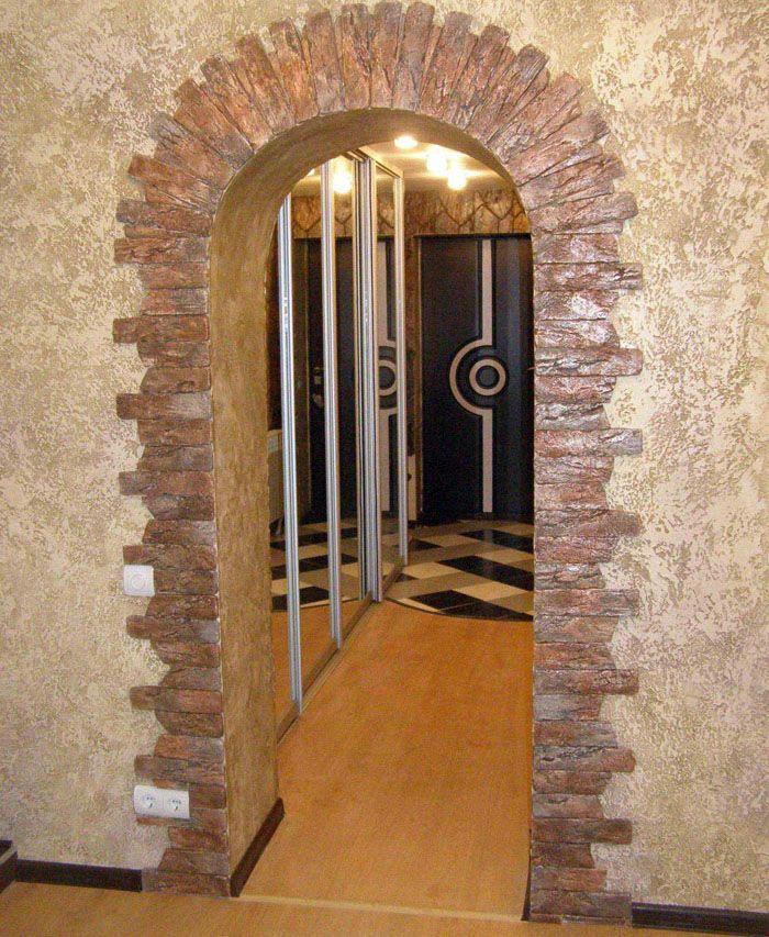 Обрамление арок в виде каменного свода задаёт особый тон помещению