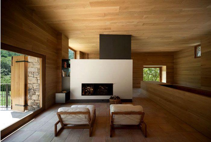 Это фото гостиной демонстрирует преимущества натурального дерева в интерьере. Такой материал вполне подходит для современного дизайна