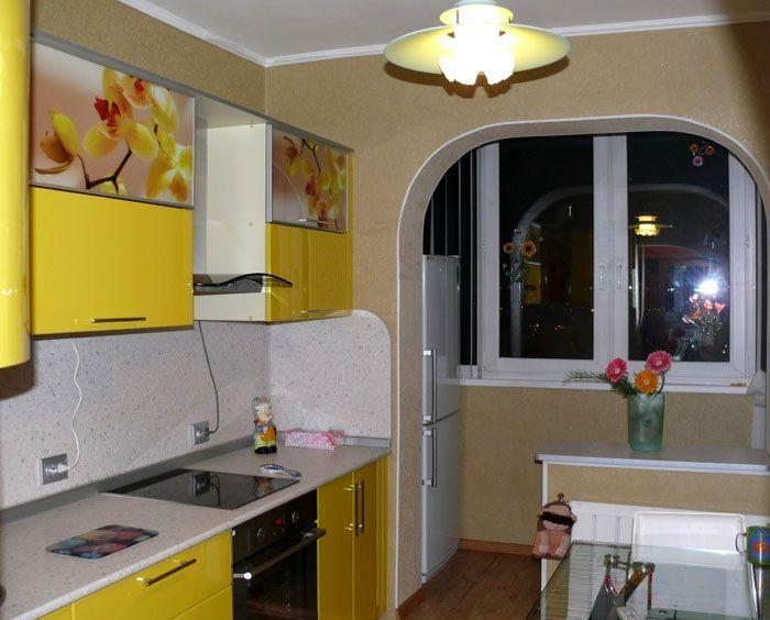 Объединение кухни с балконом. Обратите внимание, что на новую площадь можно переставить холодильник, иную крупную бытовую технику