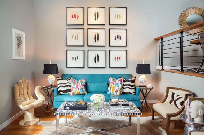 При большой высоте потолков применяют отделение зон разными уровнями пола. Оригинальная мебель для зала на фото в квартире дополнена соответствующими элементами декора для формирования стильного образа