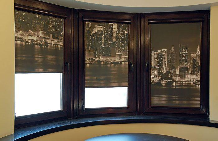 Это могут быть шторки для пластиковых окон. Такая фотопечать создаёт иллюзию ночного города за окном