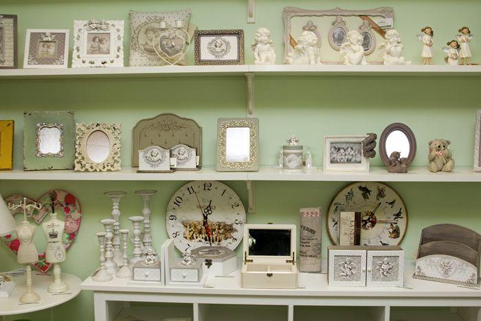 Внимание к разного рода декоративным вещицам обеспечено: такой выбор оформления подходит людям, которые любят смотреть на памятные вещи
