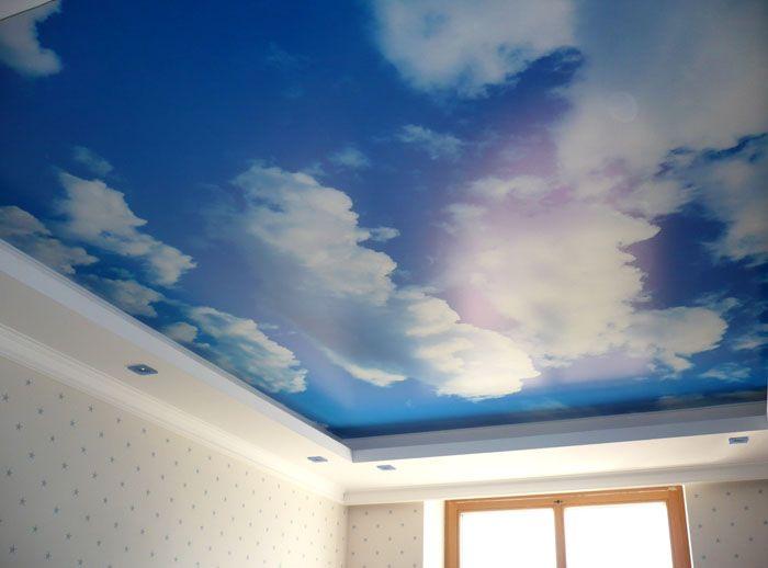 Многим полюбился вид неба над головой. Если подобрать к такому покрытию подходящий интерьер, то почему бы и нет?