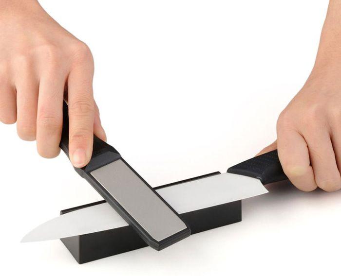 Клиновидные лезвия обрабатываются с двух сторон до формирования заусенца, а затем с помощью мелкозернистого материала производится окончательная шлифовка