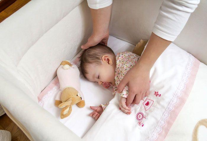 Если у малыша отдельная комната – нет необходимости занавешивать его спальное место от света и работающего телевизора