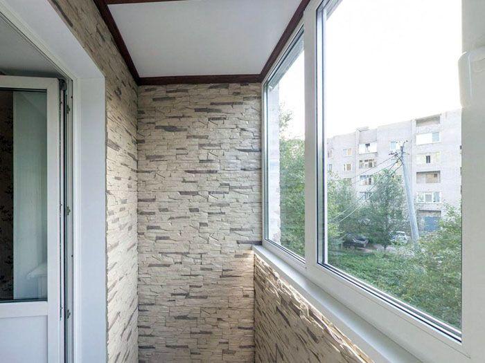 Можно облицевать всё по периметру или оформить лишь фрагмент стены