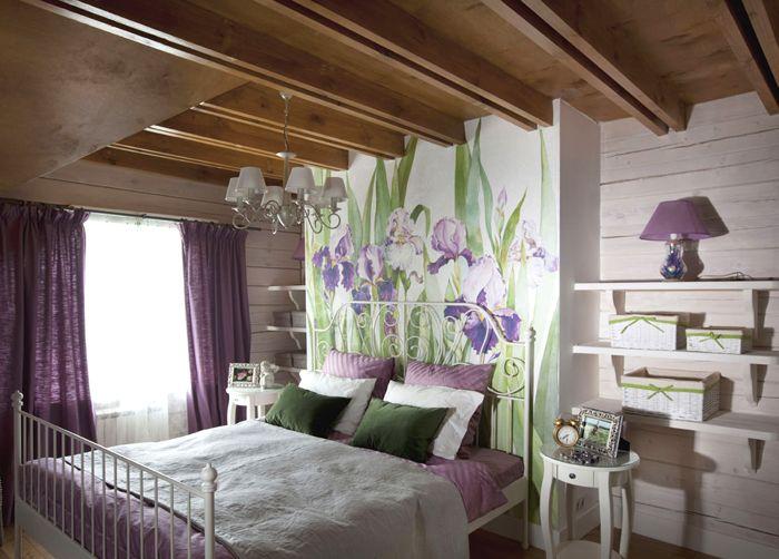 При невысоких деревянных потолках настенные фотообои визуально расширят пространство и создадут нужное настроение