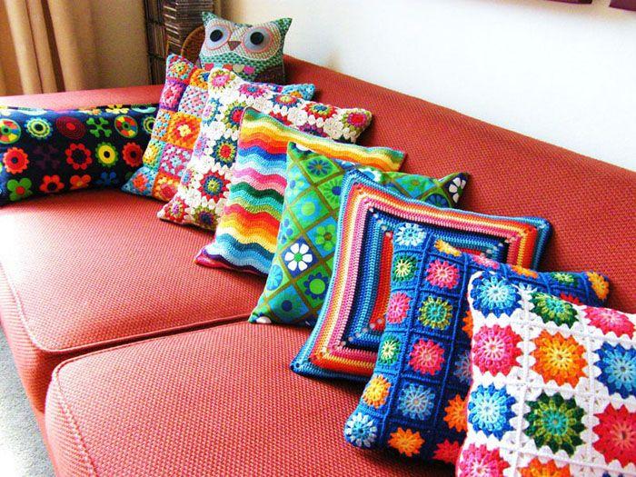 Необязательно делать целую диванную подушку, можно взять готовую и сделатьнаволочки своими руками для неё