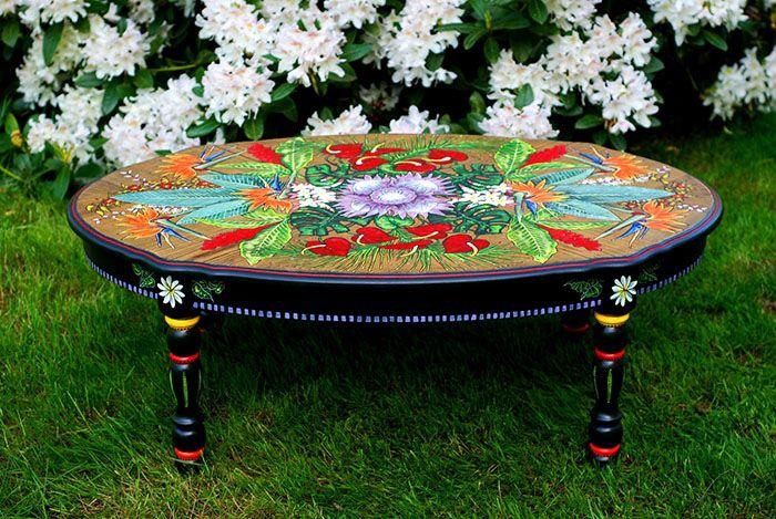 Нанесение акриловых красок делает столик особенным
