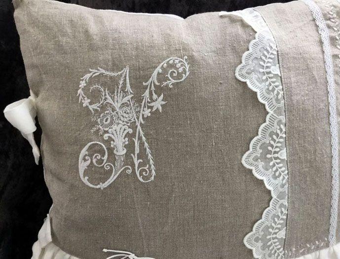 На фото наволочка на декоративную подушку своими руками,сделанная из мешковины и кружев