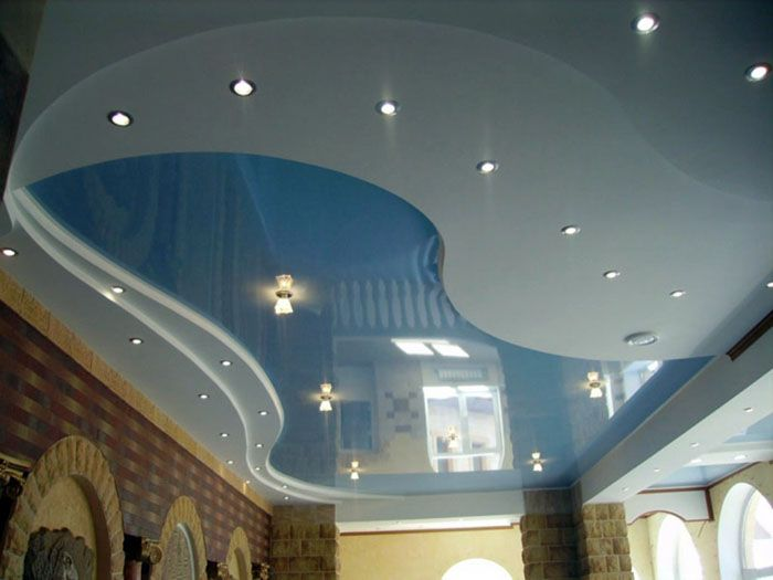 На фото натяжной потолок для зала двухуровневый глянцевый: словно гладь озера