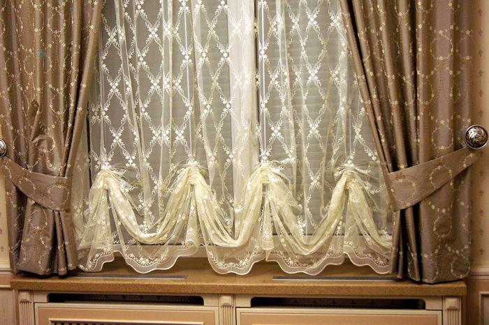 Австрийские шторки могут сочетаться с классическими занавесками, выполняя роль лёгкого тюля