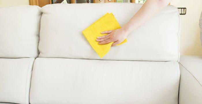 Тёмные ткани не такие маркие. Если диван светлый, нужно внимательно отнестись к советам,как почистить его в домашних условиях