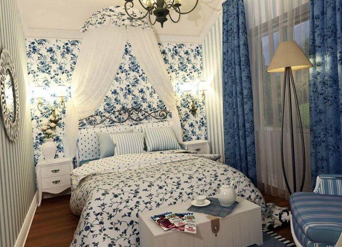 Кровать, креслице и банкетка: всё, приправленное цветочным орнаментом и текстилем, смотрится прелестно