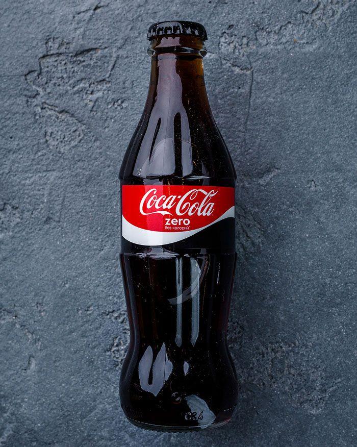 Кока-колой отмыть поверхность просто: жидкость наносят на участок и оставляют на полчаса. Не забудьте сполоснуть душ!