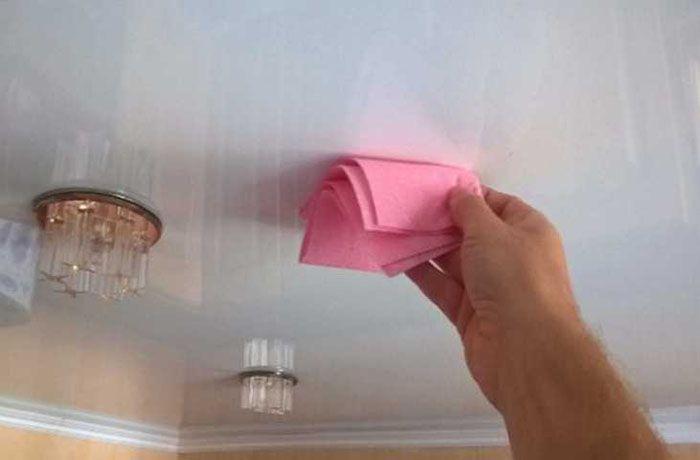 Снимать пыль с глянца нужно регулярно, и можно обойтись просто сухой тряпочкой