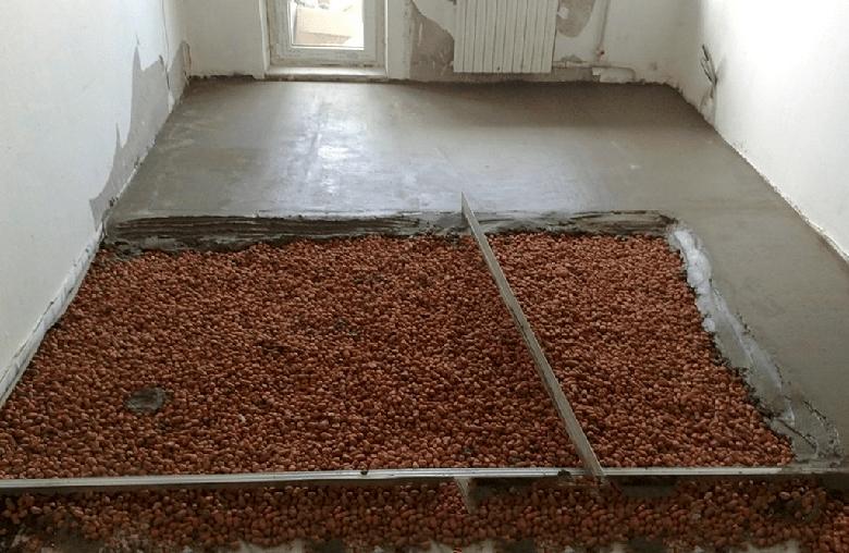 Выполнение бетонной стяжки по поверхности керамзита, служащего звукоизолирующим и теплоизолирующим материалом