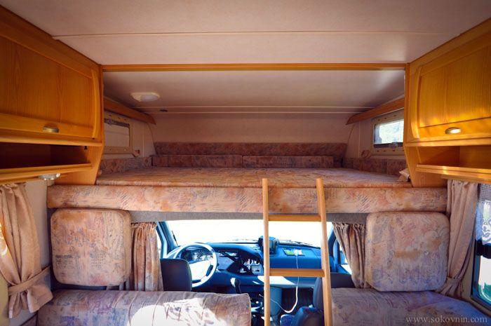 Спальное место над кабиной водителя имеет небольшие размеры, но за счёт такой конструкции увеличивается полезный объём прочих помещений