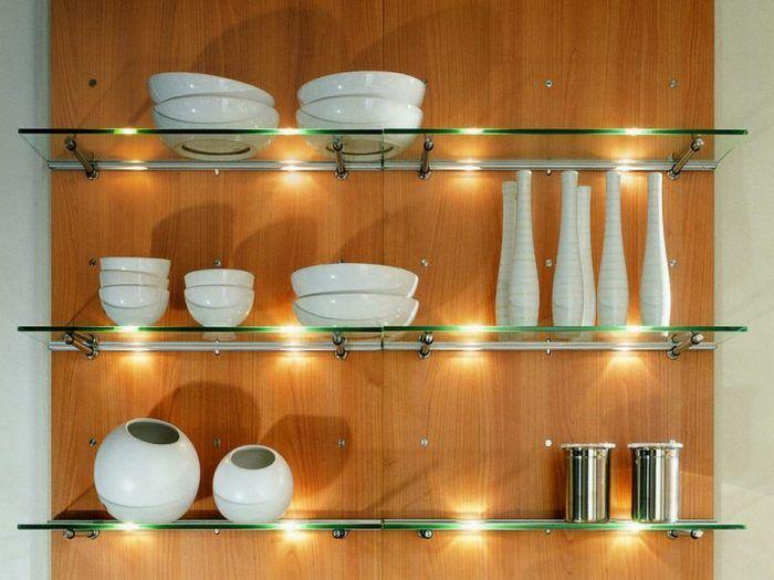 На декоративных полках может быть размещена посуда, не используемая в повседневной жизни