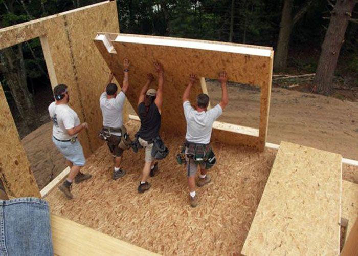 При наличии достаточного количества работников монтаж СИП-панелей можно выполнить без использования строительной техники