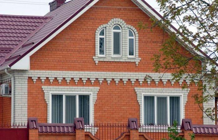 Решение выполнить фронтон из кирпича в кирпичном доме – это стандартное решение подобного вопроса