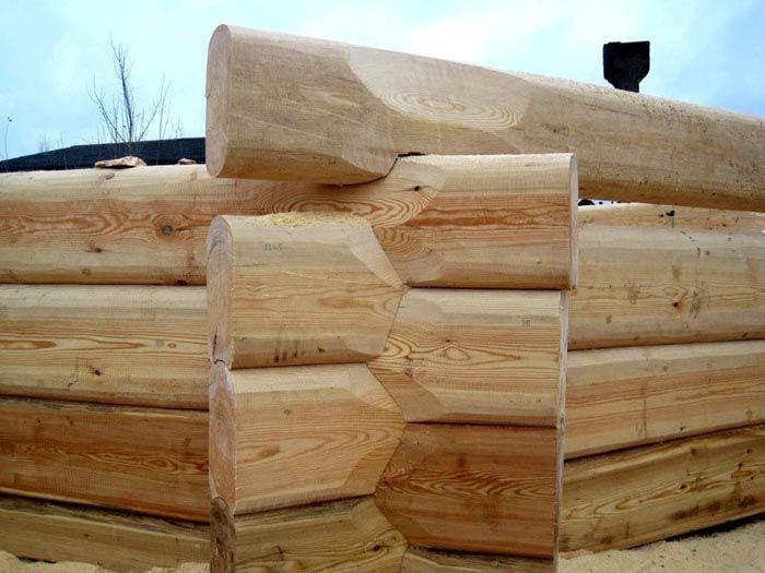 Внешний вид соединения венцов из лафета при изготовлении стен загородного дома по принципу «норвежский замок»