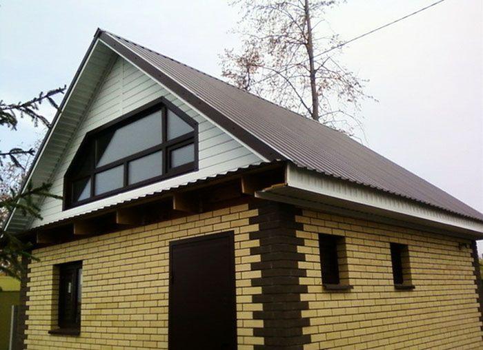 Фронтон кирпичного дома, выполненный с использованием пластикового сайдинга