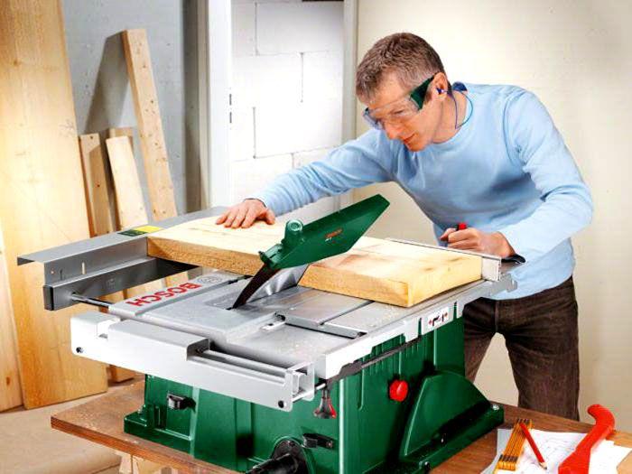 Деревообрабатывающий станок Bosch PTS 10 отличается небольшими габаритами и очень функционален