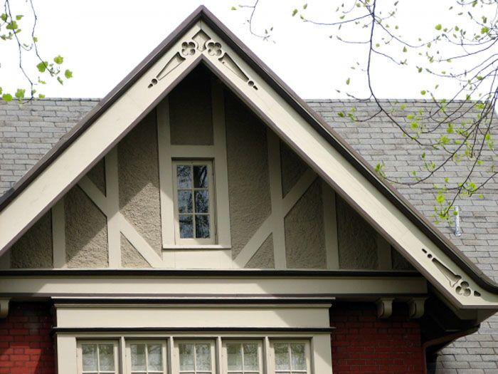 Стеновые панели, использованные при монтаже фронтона кирпичного строения