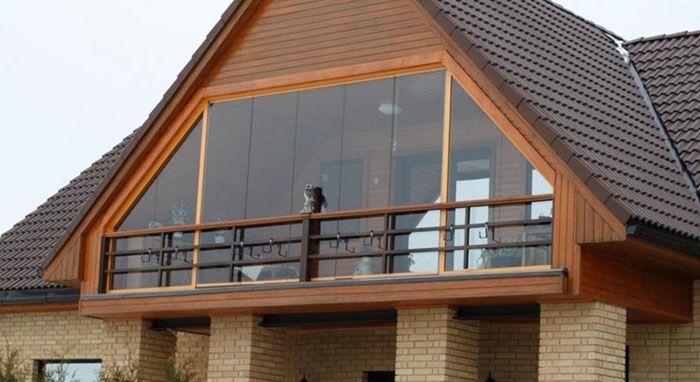 Фронтон, выполненный из стекла, расширяет внутреннее пространство помещения