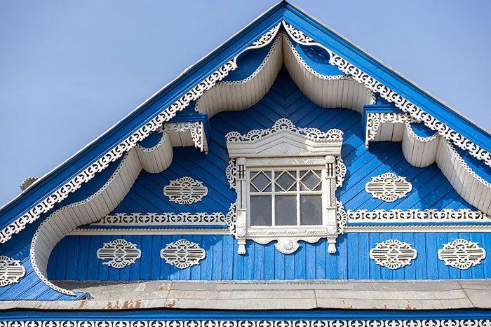 При оформлении фронтона архитектор проекта или домовладелец может не ограничивать полёт своей фантазии и максимально использовать этот элемент строительной конструкции для декорирования строения