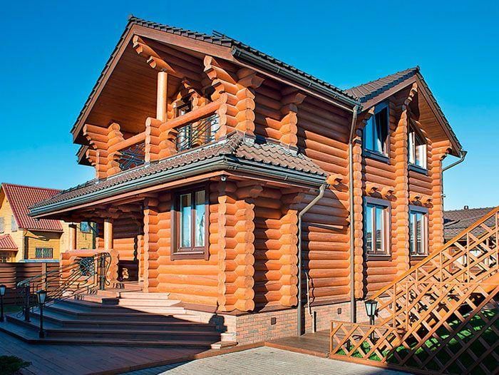 Дом из оцилиндрованного бревна всегда выглядит стильно и добротно