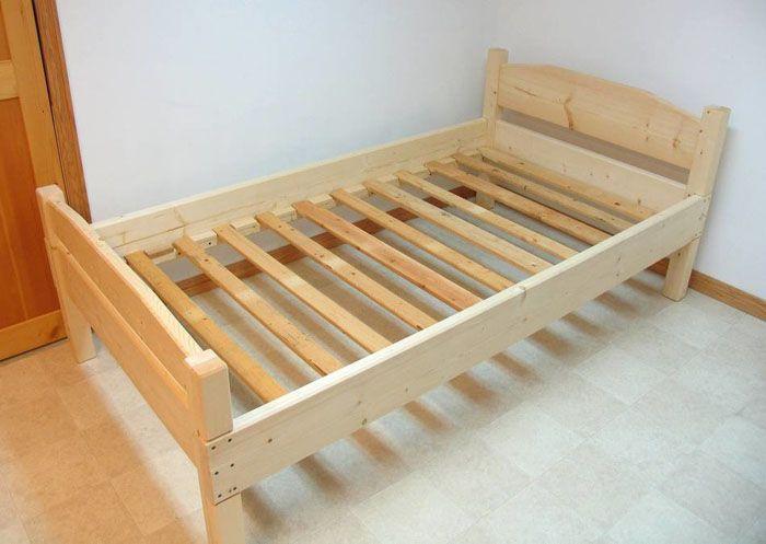 Конструкция и типоразмер деревянной кровати могут быть абсолютно различны и определяются на основании потребности пользователя и его способности работать с ручным инструментом и на деревообрабатывающем оборудовании