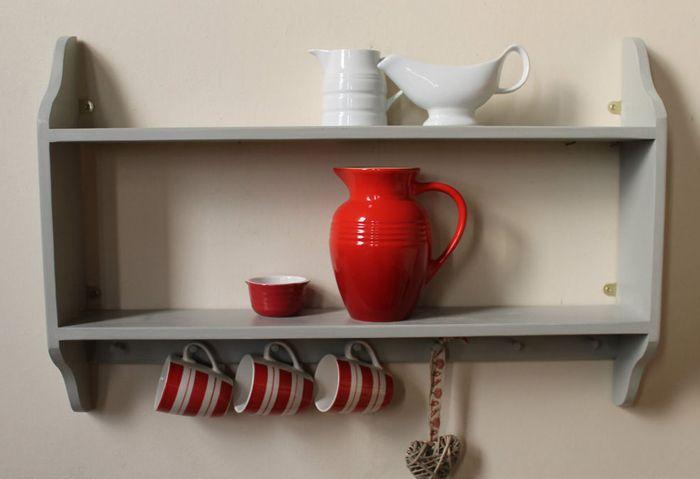 Классический вариант полки открытого типа, используемой на кухне деревенского дома и в благоустроенной квартире