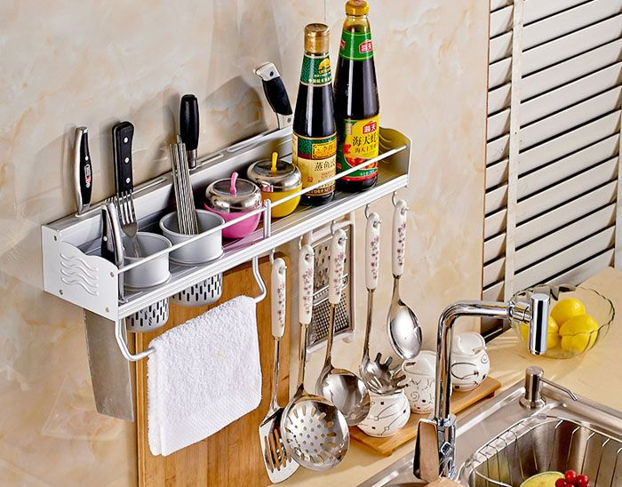 Даже полка небольших размеров способна облегчить выполнение работы по кухне